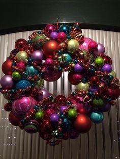 Kerstkrans met verschillende maten ballen en slingers