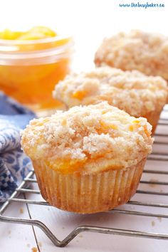Peach Cobbler Muffins are the perfect sweet snack! This is such an easy recipe that taste's just like Grandma's peach cobbler! They're even easier to make than a traditional cobbler and have the perfect crumble topping! Recipe from ! Muffins Blueberry, Peach Muffins, Breakfast Muffins, Breakfast Beans, Cake Mix Muffins, Almond Muffins, Coffee Cake Muffins, Chocolate Chip Muffins, Dessert