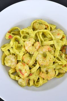 Tagliatelle with shrimp and avocado sauce Raw Food Recipes, Fish Recipes, Vegetarian Recipes Dinner, Italian Recipes, Pasta Recipes, Dinner Recipes, Healthy Recipes, Healthy Food, Daily Meals