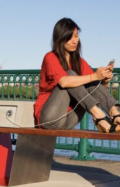 An urban watercooler for people to meet and refuel their devices.