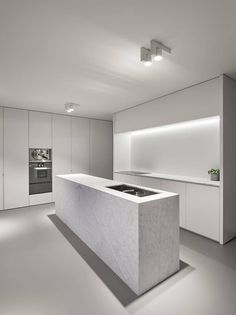 Vlamertinge is a minimal kitchen renovation created by Belgium-based architects minus. Indian Home Interior, Country House Interior, Kitchen Interior, Etagere Design, White Marble Kitchen, Minimal Kitchen, Interior Minimalista, Kitchen Cabinet Remodel, Cuisines Design
