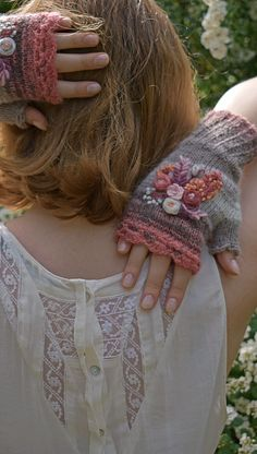 Floral fingerless mittens Floral fingerless mittens,stricken Crochet and knit fingerless mittens with botanical embroidery Related posts:Herrenbandshirts - Oversized sweater outfitKaschmir-Pullover - How to knit a scarfWarm Knitted Soft Oversized Sweater Hand Crochet, Hand Knitting, Knitting Patterns, Knitting Tutorials, Hat Patterns, Crochet Granny, Loom Knitting, Stitch Patterns, Crochet Gloves