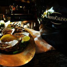 "@roncocalino's photo: ""Ostriche e Ronco Calino. #ostriche #franciacorta #vino #cibo #pesce #crostacei #lusso #oyster #wine #food #fish #luxe #foodspotting #lovefood #winelover #bubbles #spumante #lemon #limone #good #instafood"""