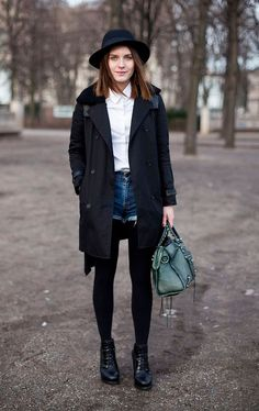 Street style look camisa branca, sobretudo preto, shorts jeans, meia calça  e bota.
