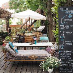 Tak tohle je ovšem velmi boží venkovní kavárna! Brzo bude na blogu o @coffee_corner__ článek! ✌️ .......................... #praha #prague #cofee #coffeebreak #filtr #filtercoffee #trendbookcz #coffeeaddict #cafe #blogerkycz #zizkov #igerscz #iglifecz #chillin #relax #coffeelover #garden #igblogger #instablogger #instalife #photooftheday