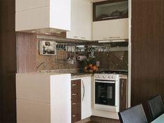 Os armários da cozinha são de wengé e laminado plástico branco, executados pela Amaro Marcenaria. Na parede, pastilhas Colortil da Arte Venite misturadas a peças espelhadas do Pronto Socorro do Vidro. Piso porcelanato da Ceusa, comprado na C & C - Casa e Construção. A mesa de jantar é da Dunelli Móveis.