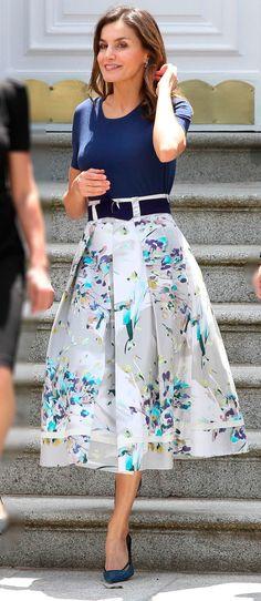 Koningin Letizia Koningin Letizia The post Koningin Letizia appeared first on Floral Decor. Queen Rania, Queen Letizia, Office Outfits, Casual Outfits, Fashion Outfits, Skirt Outfits, Dress Skirt, Floral Fashion, Fashion Design