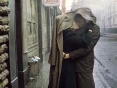 "Ralph Fiennes y Julianne Moore en ""El Fin del Romance"" (The End of The Affair), 1999 Ralph Fiennes, Julianne Moore, Love Is All, True Love, Kissing In The Rain, Couple Kissing, Hopeless Romantic, Vintage Love, Love Story"