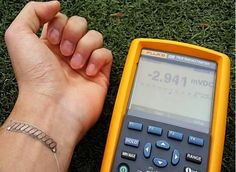 Arm band technology converts body heat to energy Researchers at South Korea's KAIST university have developed a flexible thermoelectric generator that can convert body heat to power. Cool Technology, Wearable Technology, Green Technology, New Gadgets, Cool Gadgets, Thermo Generator, Thermoelectric Generator, Innovation, Wearable Device