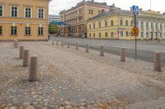 Tuomiokirkkotori ja Uudenmaankatu on erotettu kahdella graniittipilaririvistöllä joiden välissä on jalankulkukäytävä.