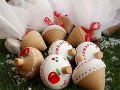 Ξύλινη σβούρα μπομπονιέρα με όνομα ζωγραφιστή Boy Baptism, Baptism Gifts, Christening, Hot Air Balloon, Balloons, Baby Boy, Arts And Crafts, Bloom, Christmas Ornaments