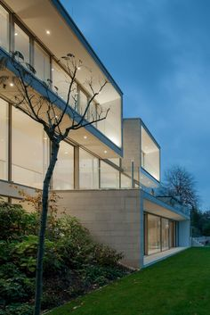 Located in a essential residential area of Weinheim, Germany, this modern private residence was designed in 2012 by Architekten Wannenmacher + Möller. Beautiful Home Designs, Beautiful Homes, Architecture Details, Interior Architecture, Interior Design, House Goals, Residential Architecture, Detached House, House Design