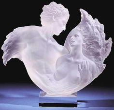 esta escultura está realizada en cristal
