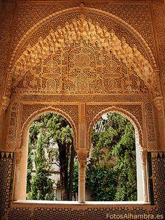 Mirador de Araxa. En la Alhambra palacio de los leones.  Arcos apuntados de mocárabes. paños de sebka. Yeserías. En las paredes aparece poemas y alabanzas a Dios.