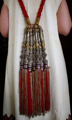 """Τα πεσκούλια ή μασούρια. Νυφικό στολίδι για τα μαλλιά από πλεξίδες με μεταξοκλωστές (μπιρσίμ) δεμένες σε ασημένιες βάσεις που έφτιαχνε ο χρυσικός. Ήσαν συνέχεια των φυσικών μαλλιών και στόλιζαν τη πλάτη της νύφης. Από την ιστοσελίδα του Πολιτιστικού Φιλολογικού Συλλόγου Σπάτων """"ΦΙΛΟΙ ΤΗΣ ΓΝΩΣΗΣ"""""""