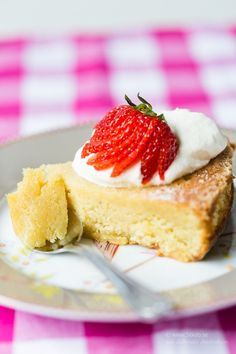 Kladdkaka med citron, vit choklad och jordgubbar (Glutenfri, (Mejerifri), Low Carb)