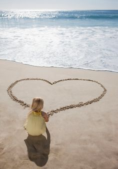 If you and your family or friends like to hit the beach pretty often, here are some beach photography poses you'd like to keep in for next time. Capture the moments and make them live forever. Beach Photography Poses, Beach Poses, Beach Portraits, Summer Photography, Children Photography, Family Photography, Toddler Beach Photography, Heart Photography, Photography Backdrops