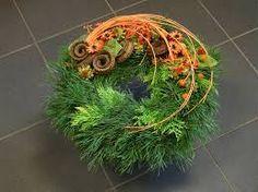 """Képtalálat a következőre: """"dusickove kose"""" Fresh Wreath, Modern Wreath, Sympathy Flowers, Funeral Flowers, Ikebana, Flower Arrangements, Christmas Wreaths, Deco, Plants"""