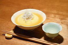 【あんかけ玉子豆腐】今日は京都も雪が降りました。うちの坪庭にも少しだけ積もり、今宵は小さな雪見酒。寒い日は生姜あんの玉子豆腐。これまた離乳食のしらすを加えていただきます。今日のお酒は、富山・富美菊酒造の「羽根屋・純米吟醸・煌火」の生原酒です。