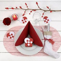 Decorating a red and white Christmas Table - Creative ideas Christmas Tree Napkin Fold, Christmas Napkins, Christmas Origami, Christmas Ornaments To Make, Simple Christmas, Christmas And New Year, White Christmas, Christmas Table Settings, Christmas Table Decorations
