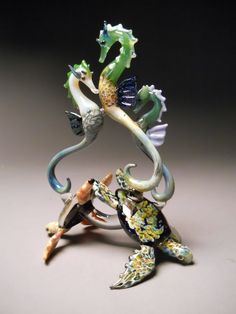 Sculptured Sea Horses Swimming over Sea Turtles von Glassnfire I delight in this. Seashell Crafts, Beach Crafts, Seashell Wreath, Seahorse Art, Seahorses, Sea Dragon, Polymer Clay Animals, Glass Figurines, Coral