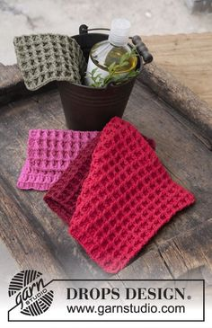 Christmas Shine - Crochet cloths with textured pattern for Christmas. The piece is worked in DROPS Cotton Light. - Free pattern by DROPS Design Knitting Patterns Free, Free Knitting, Free Pattern, Crochet Patterns, Drops Design, Crochet Gratis, Free Crochet, Knit Crochet, Magazine Drops