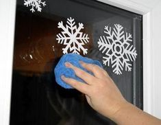 Snowflakes on the window with toothpaste Christmas Window Decorations, Snowflakes, Projects To Try, Windows, Frame, Diy, Home Decor, Winter, Papercraft