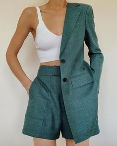The short suit woman jade color. A long jacket with two buttons and flap pockets + shorts bermuda pockets and white cotton bra. Mode Outfits, Fashion Outfits, Womens Fashion, Fashion Trends, Travel Outfits, Fashion 2020, Fashion Ideas, Fashion Tips, Summer Outfits