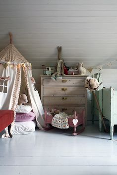 Love the house tent for playing and reading.  Also like the banner over the bed.