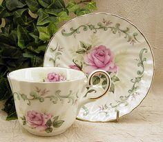 Šálek na čaj * bílý hezky tvarovaný porcelán s malovanými růžovými růžemi ♥