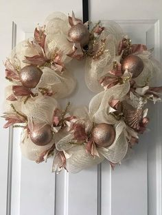 Stunning rose gold wreath that glimmers in the light. A classy and elegant way to decorate your home. Rose Gold Christmas Decorations, Gold Christmas Tree, Elegant Christmas, Christmas Crafts, Christmas Ornaments, Cadre Diy, Holiday Wreaths, Advent, Gold Wreath