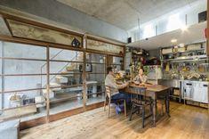リビングの建具と欄間は古い家で使っていたもの。キッチンは実用性重視で業務用の中古品を探してそろえた。
