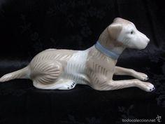 Figura de perro en porcelana numeración incisa