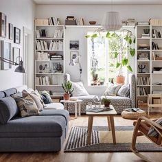 Une bibliothèque pour encercler la fenêtre d'un salon