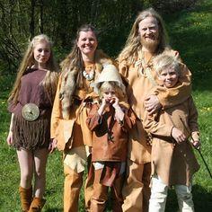 Fortidsfamilien i #steinalder #steinalderdag jenten som#egtvedpiken fra #bronsealder #forhistorisk #bymuseetibergen #Hordamuseet #livinghistory #reenactment #bergen #steinalderklær #skinnklær