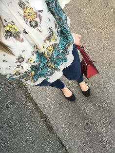 Flowers. Red Guess bag. Bluejeans. Casual.
