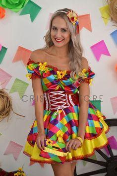 Vestido Caipira Chic de Cetim Funny com 2 camadas de saia godê, corpete de veludo estilo camponesa, decote ciganinha e acabamento na barra em formato de péta...