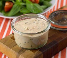 Essayez cette excellente vinaigrette... ça ressemble un peu à de la sauce à Big Mac, mais pour la salade. Très bon et très facile à faire :)