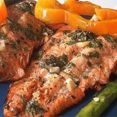 Des filets de saumon sont marinés dans un mélange citronné et légèrement épicé-sucré, puis cuits au four.