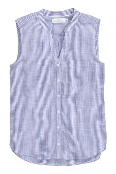 Sleeveless cotton blouse: Sleeveless blouse in an airy cotton weave with a V-neck small stand-up collar chest pockets and a rounded hem with slits in the sides. Slightly longer at the back. Sewing Blouses, Cotton Blouses, Shirt Blouses, Sewing Shirts, Blouse Styles, Blouse Designs, Skirt Outfits, Casual Outfits, Striped Linen