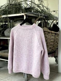 Omsider er jeg klar med opskriften på min Candyfloss sweater. Det har været en hård fødsel, men endelig er jeg godt igennem – og jeg tror faktisk, jeg har fanget … Western Outfits, Baby Cardigan, Knit Vest Pattern, Vest Outfits, Raglan, Knitted Shawls, Sweater Weather, Wool Sweaters, Pulls