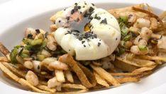Karlos Arguiñano prepara un plato de patatas paja, salteado de gambas y ajos frescos y huevos flor con aceite de trufa.