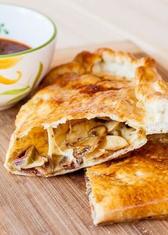 Can't get enough of this Bacon Mushroom Calzone recipe. Halloween Fingerfood, Dessert Halloween, Bacon Stuffed Mushrooms, Bacon Mushroom, Stuffed Peppers, Mushroom Pie, Desserts Nutella, Calzone Recipe, Calzone Dough