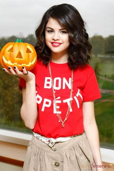 Selena Gomez with a pumpkin for Halloween photoshoot. Selena Gomez Cute, Selena Gomez Pictures, Tyga And Kylie, Bobby Brown Stranger Things, Alex Russo, Cher Lloyd, Cool Girl Pictures, Spy Kids, Disney Stars