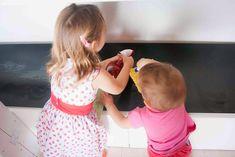 No es un secreto que estoy absolutamente enamorada de la pedagogía Montessori por muchos motivos, pero lo que más me gusta de ella es como consigue que los niños pequeños se cuiden solos. La Tigri mayor siempre ha sido muy autónoma, de hecho, la búsqueda de soluciones para desarrollar y fomentar esa autonomía fue lo …