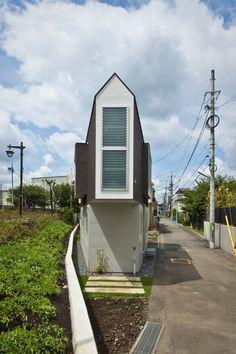 Triangular Narrow House, Japan by Mizuichi Architecture Cabinet D Architecture, Architecture Design, Residential Architecture, Triangle House, Narrow House, Modern Tiny House, Tiny Spaces, House Built, Japanese House