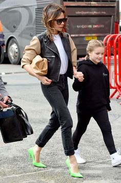 Victoria Beckham Jeans Victoria Beckham neon shoes: Neon green shoes with skinny jeans and white T-shirt. Green Dress Outfit, Winter Dress Outfits, Summer Outfits, Outfit Winter, Victoria Beckham Style, Victoria Beckham Fashion, Victoria Fashion, Mode Outfits, Outfits