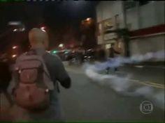 GALVÃO BUENO NARRA manifestante chutando bomba de lacrimogenio de volta na policia - YouTube
