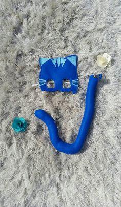 PJ masques-Catboy Costume. Masque et queue vendu comme un ensemble. Prêt à expédier. Ceux-ci doivent s'adapter à la plupart des enfants. Option bébé/enfant en bas âge dans une liste séparée. Mesures pour garçon chat sont approximatives.  QUEUE est livré avec un clip robuste pour tenir pour les vêtements de votre enfant. Queue est rembourrée avec de la fibre synthétique souple.  Dimensions: Longueur 15,5 approximative pouces (longueur totale de haut en s'enroulent sur la queue est environ…