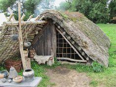 outra-filha-de-vikings: Viking Porta POR Terence Faircloth Por Flickr: Porta a Viking cabana com teto de palha no Centro Viking de Ribe, Dinamarca.